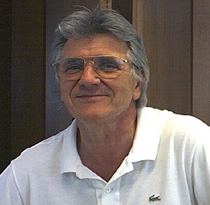 Mann im weißen Polohemd