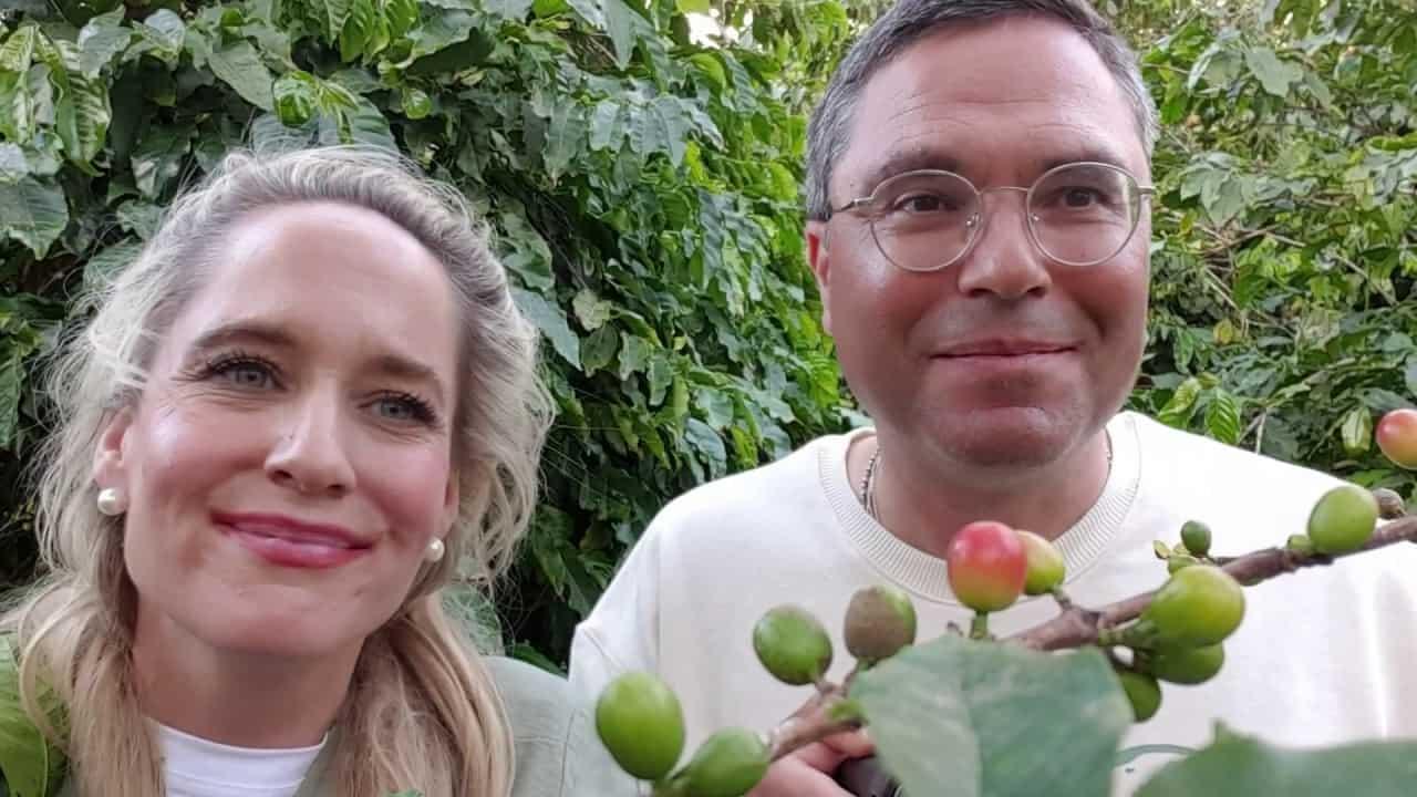 Dr. Ludwig Jacob und Suzanne Jacob vor Baum